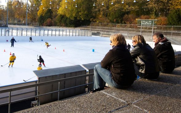 Les parents regardent leurs enfants jouer au hockey; Photo: OFSPO / Ulrich Känzig